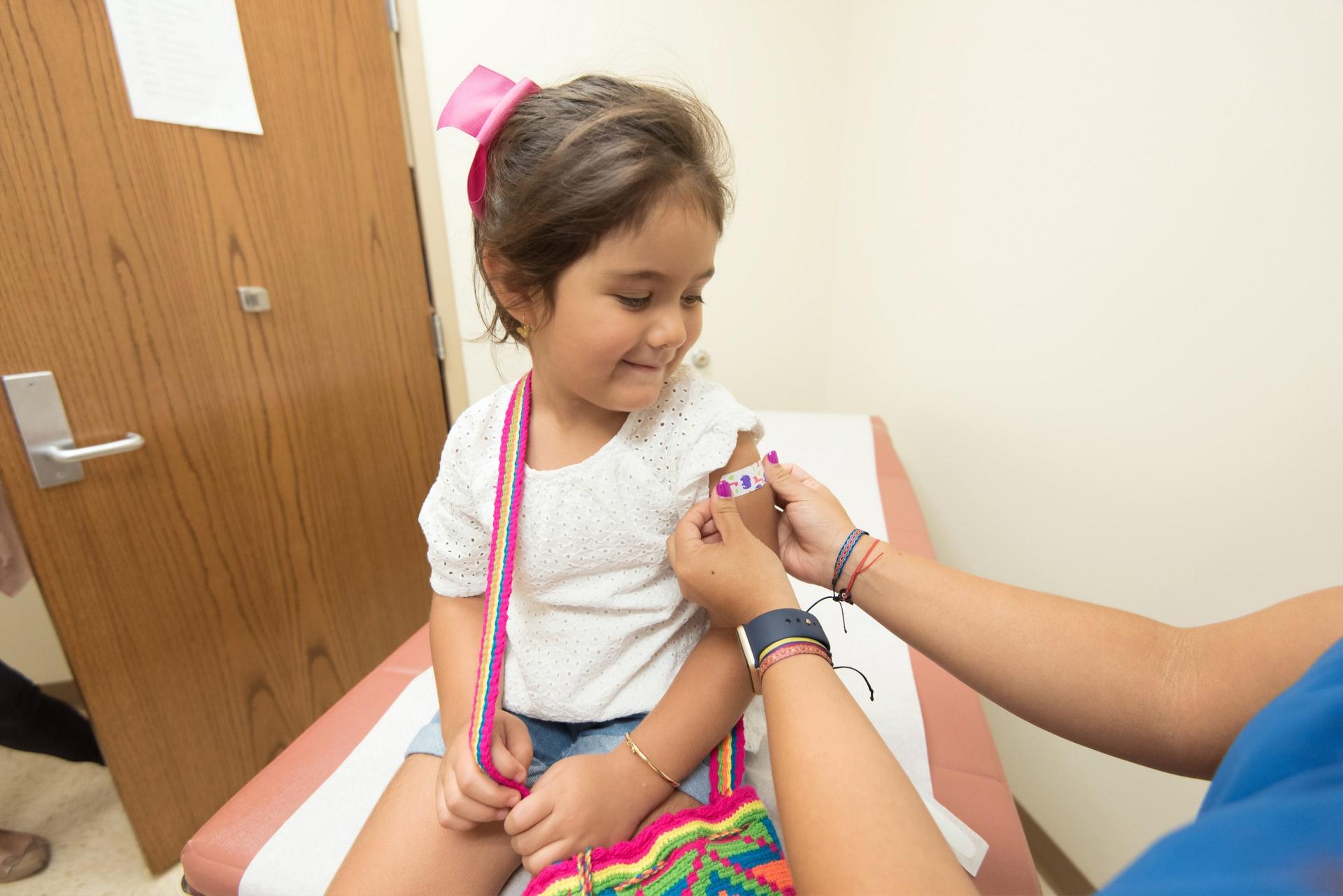 Barn på sjukhussäng får plåster på armen
